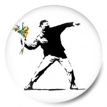 Banksy arrojando flores